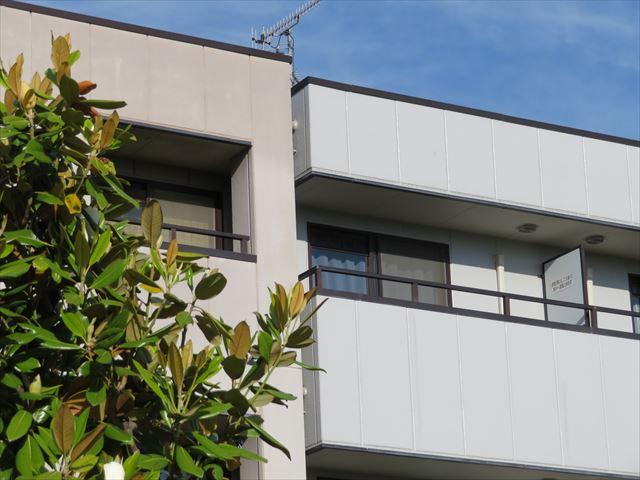 ビルやマンションは狭小な地所にひしめき合うように建てられるので張り出す屋根を葺くことができない建築の知恵が生んだ設計と工法が織りなす建築技術でもあります