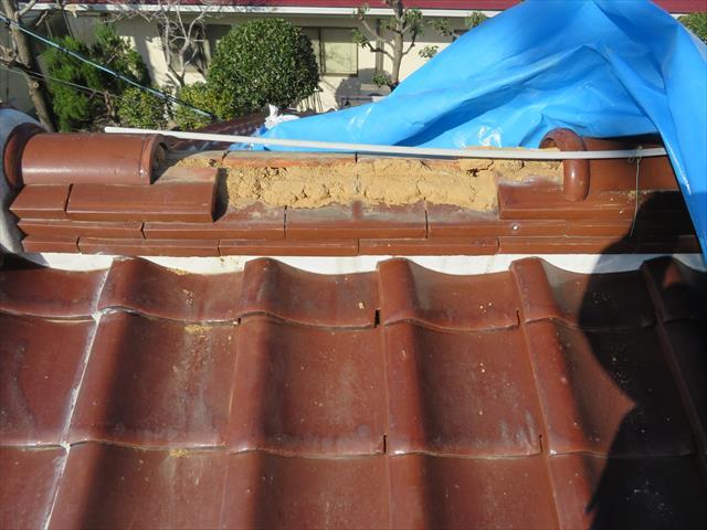 土葺きの瓦屋根は、野地板の上に防水シートを敷き込み、雨水を受け流す瓦を安定的に据える土台として、葺き土を盛ります。 葺き土は一定の水分量を保った状態で、瓦の位置を安定的に保つので、それが多すぎても少なすぎても、不安定になります。 雨水の侵入で水分量が多くなった葺き土は、瓦を所定の位置で安定的に保つ力を失い、貼り重ねた瓦同士に大きな隙間が生じるから、「瓦の葺き直し」や「瓦の葺き替え」工事につながるのです。