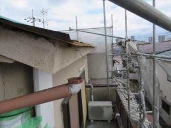 高槻市で台風で軒樋、竪樋の多くを吹き飛ばされてしまったお宅の雨どい被害の全容が、足場が架かったことで明確になった。