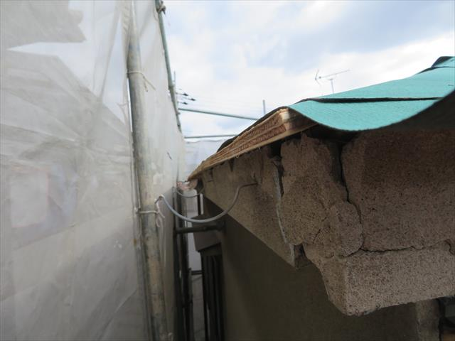 高槻市で震災風災で割損、欠損した雨どい修理、大屋根の軒樋から