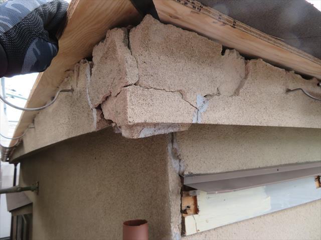 モルタル仕上げの鼻隠し、軒天井も地震の被害を受けて激しく割損している事が、足場を架けて初めて分かった。