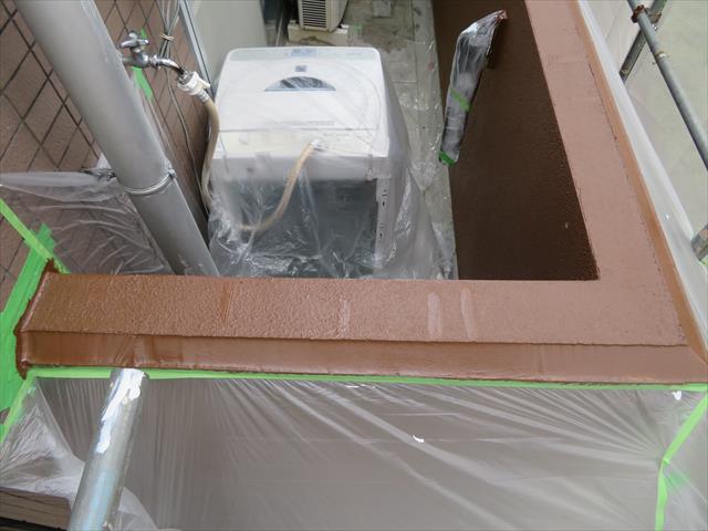 外壁タイルと外壁本体の干渉目地に打設したコーキング剤にも微弾性フィラーを塗布したあと、日本ペイントのパーフェクトトップ仕上げ用塗料を塗った