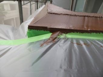 外壁タイルと外壁本体の干渉目地に打設したコーキング剤にも微弾性フィラーを塗布したあと、日本ペイントのパーフェクトトップ仕上げ用塗料を2回塗った