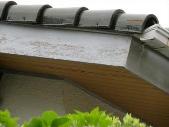 ケラバの破風板と軒先の鼻隠し板の塗膜が劣化して雨水を簡単にしみ込ませる状態になっていた