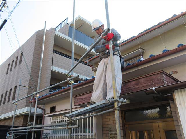 労働安全衛生法は、2メートルを超える高さで作業をする時は、作業者の安全確保の観点から、足場を架設することが法律で義務付けられています。
