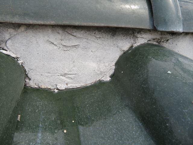 漆喰の塗厚が正常な状態は棟瓦の裾よりも漆喰表面が奥に位置している事