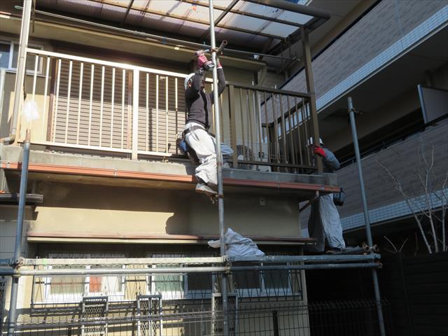 足場架設はベランダやバルコニー手摺壁や土間をクランプできる箇所から立ち上げていくと剛性が高まりやすく倒壊事故を軽減できます。