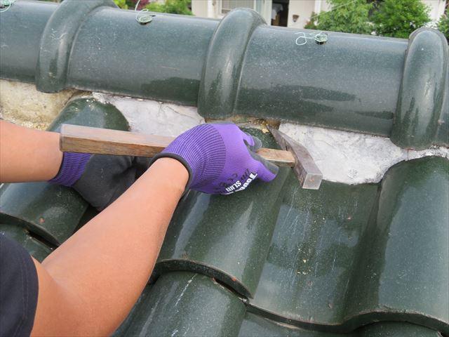 漆喰の剥離は瓦工事専用ハンマーを使うが、ゆっくり削り取るように斫る