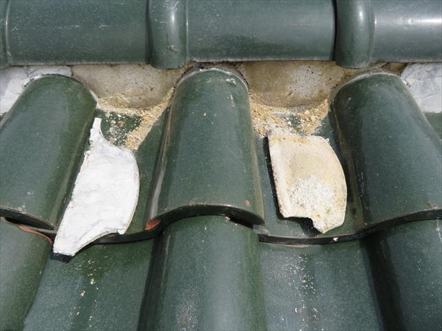 棟際の追い当て瓦が風圧で持ち上がると、棟内部の土を弛め、やがて表面の漆喰を剥がし落とす状態になる