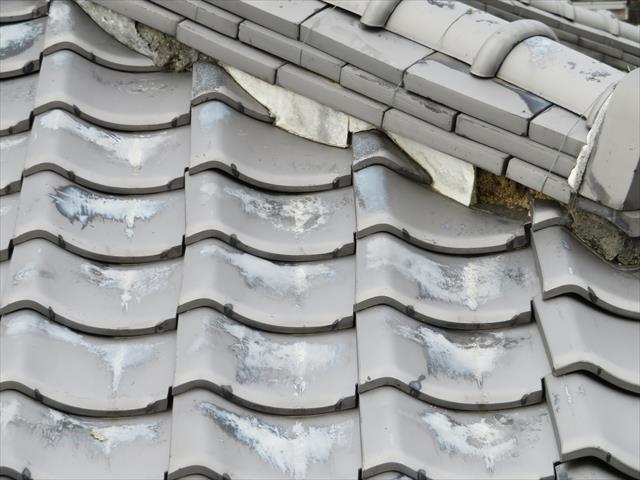 大棟、隅棟は平瓦が追い当てられて接合する真上を葺き土、熨斗瓦、冠瓦、漆喰で防水されていますので、棟の排水性能が落ちると瓦の接合部分から雨水が入りやすくなるので、棟の排水性能が重要です