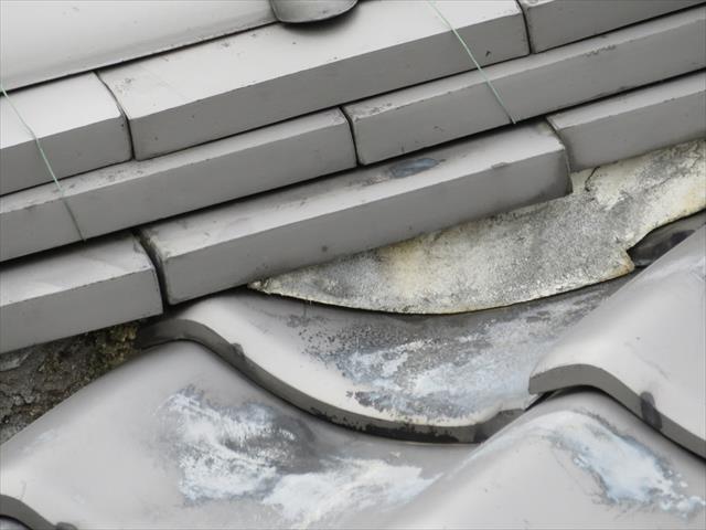 隅棟の1段目の熨斗瓦がずれている理由は、追い当て瓦と葺き土、熨斗瓦が地震の揺れで縁が切れてしまっているから