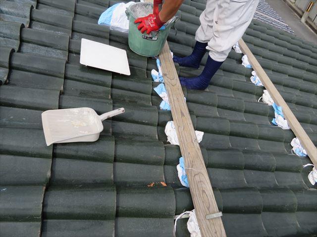 勾配のある屋根の上は諸資材や道具類の滑落防止処置を図ります