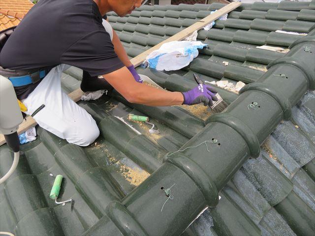 撤去した漆喰と流出する葺き土は、後回しにせずその都度掃除をして粉塵の飛散防止を図ります