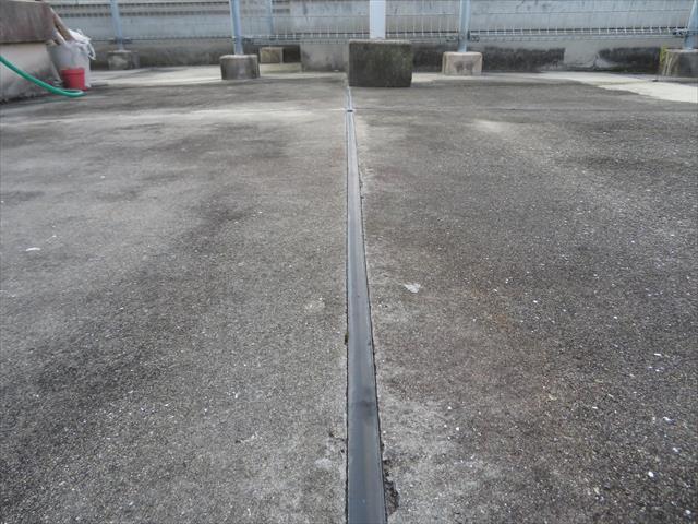 水平に見える陸屋根の表面は水勾配が設けられていて雨水の排水計画が盛り込まれている