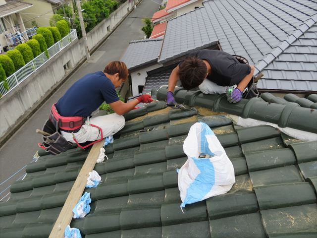 わずか5mの漆喰補修工事も瓦職人2人が半日以上を要した