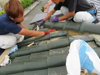 面戸漆喰の取り直し工事は漆喰を剥がすと葺き土も出てくるので屋根の汚損養生と掃除を必ずします