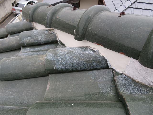 鬼瓦付近の降り棟は軒先に近い位置なので漆喰補修作業も慎重に行う