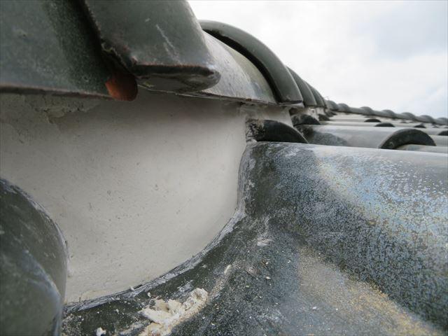 正常な塗厚の漆喰を斜めから見るとよくわかる