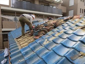 茨木市の震災風災を受けたお宅の屋根の葺き替え工事に入りました。昭和40年から50年代にポピュラーだった和型施釉瓦です。