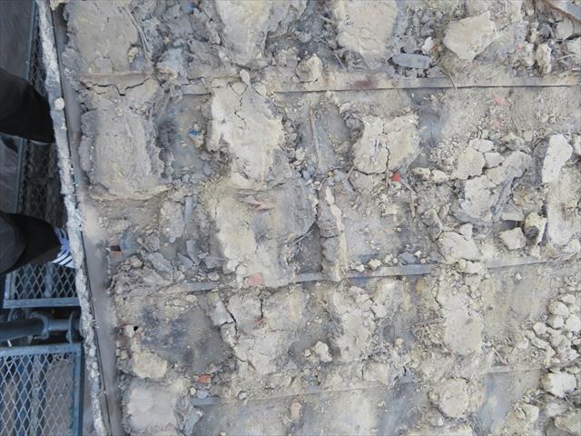 屋根瓦を剥がすと葺き土が顔を出します。この葺き土を観察しておくことが重要で、瓦内部に雨水が回っている場合は、赤茶色に変色していますが、健常な黄土色をしていました。