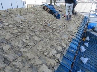 茨木市の震災風災を受けたお宅の屋根の葺き替え工事に入りました。切妻屋根の和型施釉瓦は大棟から順に剥がしていき、軒先マンジュウ瓦は最後の最後に剥がします。