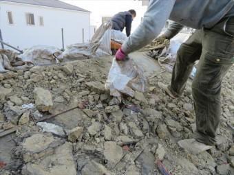 瓦屋根の葺き土を土嚢袋に詰め込んで行くとき、満杯まで詰め込まず、数十キロ程度にとどめて、順次運び出していきます。