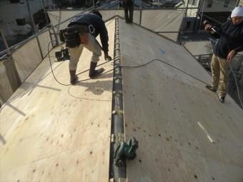 切妻屋根の両側の屋根面で軒先から張り上がっていくとき、下地の胴縁の位置を明確にしておき、必ず胴縁と垂木に釘を効かせます。 910mm幅の構造用合板には、4本以上の釘で打設しますが、その本数を倍程度に増やしておきます。