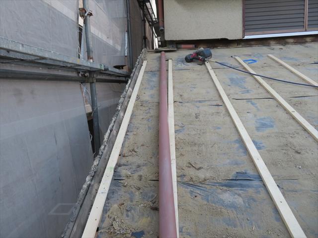 屋根面に直接構造用合板を敷設するのではなく、下地に胴縁を敷設し、元々の垂木の位置を確認しながら、確実に垂木に釘が効いたことを感じ取りながら進めます。