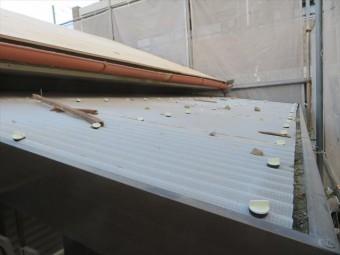 屋根補強用の構造用合板は、軒先の仕上がり水準から逆算して、桁方向に平行を保って敷設していきます。