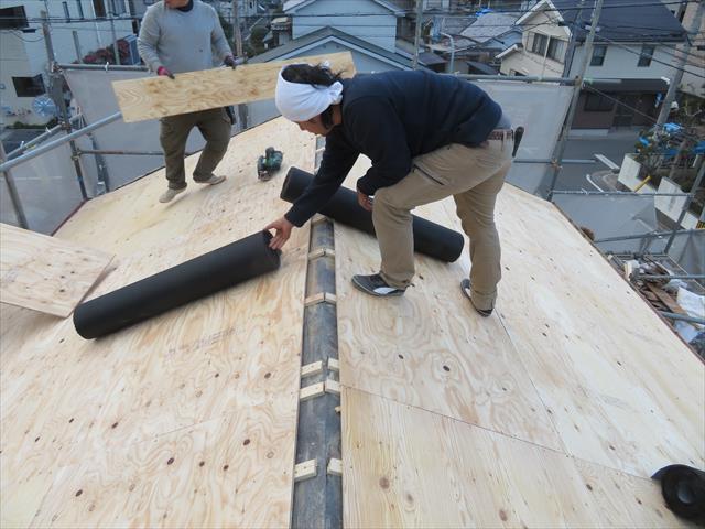 瓦屋根を剥がした後に、構造用合板を敷設しますが、旧来の瓦屋根表面の不陸補正と屋根の補強が目的です。 この構造用合板自体を高強度化することはできませんが、打設強度を上げることは可能です。