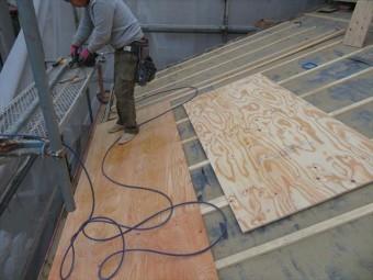 瓦屋根の葺き替えで野地板を構造用合板で補強する時、規定の釘本数を増やして軒先の固定強度を上げておくことが、強い屋根作りには欠かせません。