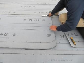 屋根防水立役者であるルーフィングシートを敷き込みます。 ガルバリウム鋼板のスーパーガルテクトは設計が優れていて、屋根材の咬み合わせ部分から雨水が入ることはありません。 しかし室内と外気温の差で、屋根材の内部で結露することがありますので、ルーフィングシートの敷設は欠かせません。
