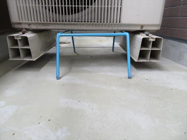 防水工事をする時に、エアコン室外機は撤去しにくいので、架台で床から縁を切っておく