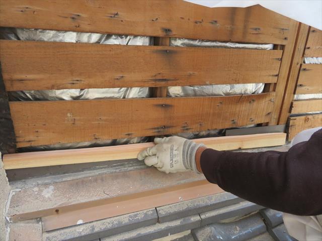 木造家屋のモルタル外壁の下地には板材で下地が作り込まれています。その上で防水紙、ラスが張られた後に、モルタルが左官仕上げされ、塗装して完成です。