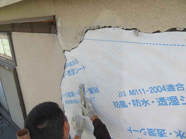 外壁の下地には防水紙が敷き込まれますので、小さなひび割れ(ヘアークラック)で雨水が染み込んでも大丈夫ですが、大きなひび割れや、そのまま放置するのはやがて雨漏りするので危険です