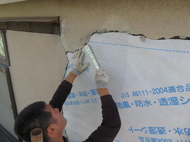 壁面バラ板に防水シートを敷き込み、ラス網を張り付けて、モルタルの骨材として強度が出るよう下地造りをします。
