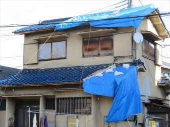 台風21号一過は高槻市、茨木市の至る所で屋根に架けたブルーシートを剥がし飛ばした