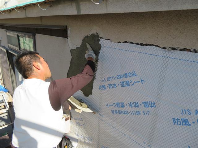 モルタル外壁は、木地に防水シートを敷き込み、ラス網をタッカーで打ち付けた後に、吸着剤入り軽量モルタルを練って左官仕上げをして行きます。