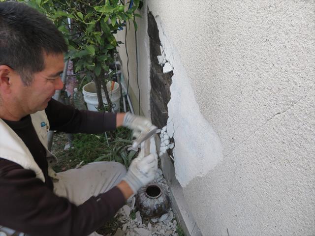 モルタルが下地のバラ板から浮き上がっていると、外壁が躯体と一体となって強度を保つことが出来ない状態です。