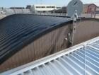 カバー工法によってJFEライン立平333が葺かれた重量鉄骨造3階建てマンションの屋根修繕工事