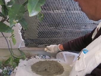塗り厚は10mm程度とし、仕上がり表面よりも10mmくらい凹んだ状態とします。