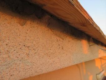瓦を除去した鼻隠しには雀口が出来てしまうので、モルタルで充填して鳥獣や虫類が侵入しないようにします。