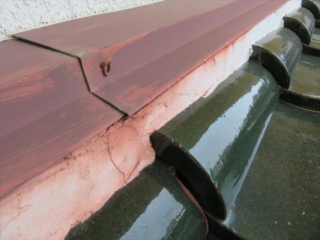 建材の継ぎ目には雨水が滞留しやすく、継ぎ目だけ雨染みが色濃くついている