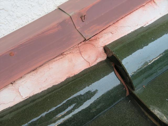 雨押え板金の色が流れ出て漆喰まで汚れているのは、雨仕舞がうまくいっていない事を意味している
