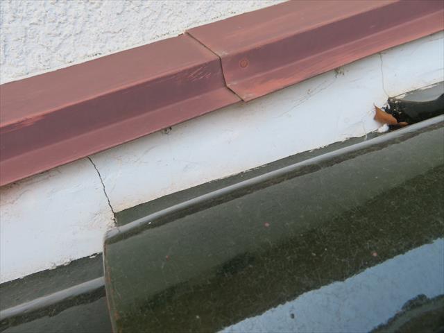 雨押え板金の漆喰が継ぎ目で汚れていないのは、板金先端よりも漆喰が奥まっていて、雨水が伝い流れをせず切れているから