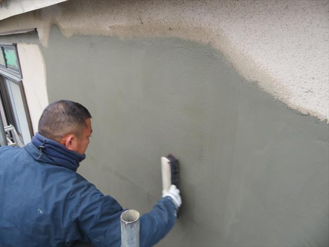 表面は刷毛引きして整えます。元々の壁面は掻き落としという仕上げですが、これと同じ仕上げは避けたいので表面の風合いが異なります。