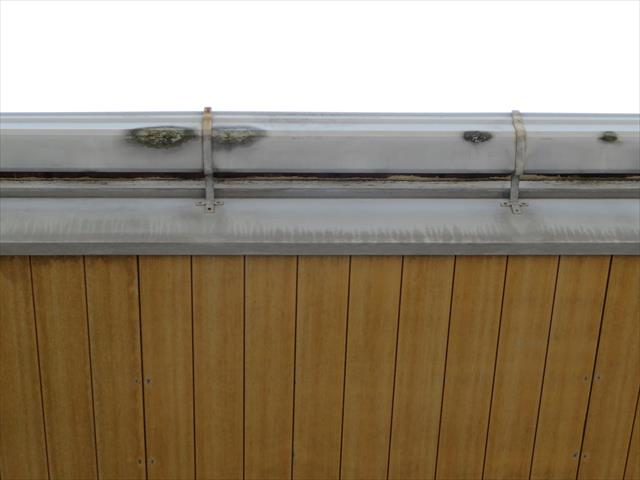 軒樋を見上げると黒ずんでいる所があり、ピンホールから雨水が溢れ出ている事が解ります。
