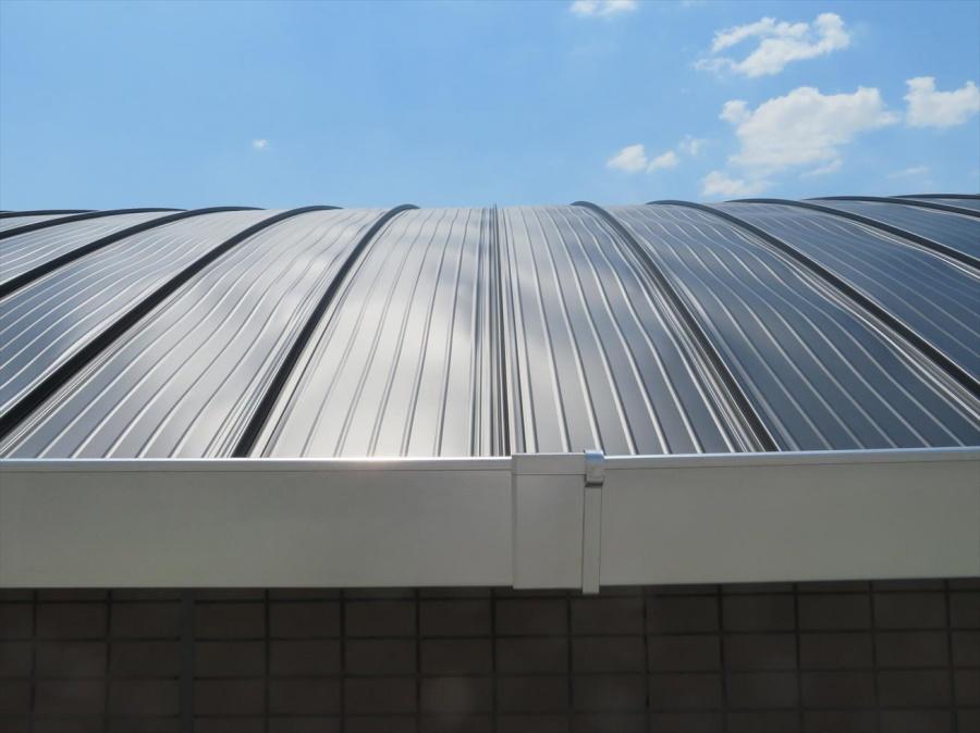 カバー工事で仕上がったJFEライン立平333をアーチ型屋根の軒先から臨む