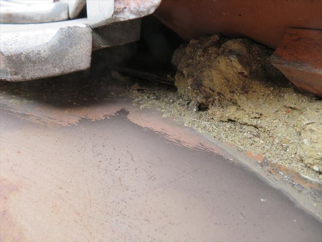 高槻市で台風の二次被害を受けたお宅の屋根点検で発見した谷漆喰の劣化。放置しておくと葺き土が洗い流されるばかりか、谷板金をオーバーフローした雨水で雨漏りが始まるので大変に危険です。