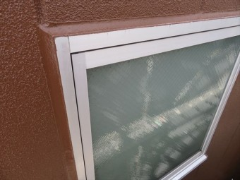 塗装された外壁とサッシの隙間に打たれたコーキングは驚くほど寿命が延びる